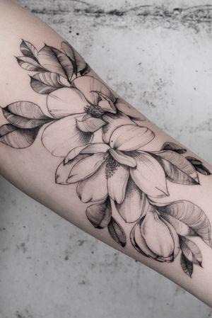 #flowertattoo #floraltattoo #magnoliatattoo #linework #finelinetattoo #hamburg #ink #lydiasharonhughes