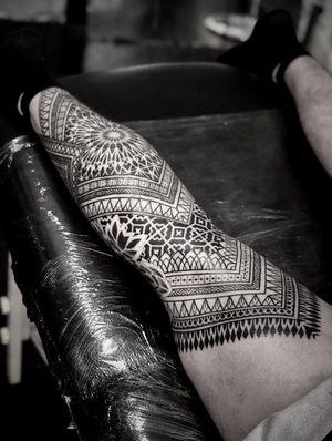 Another view of Julien's leg ! #noksi #noksitattoo #ornament #ornamentaltattoo #linework #lineworktattoo #bordeauxmaville #bordeauxtattoo #tattoobordeaux #legtattoo #fullleg #ethnictattoo #ethnic