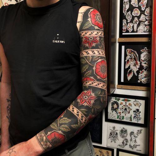 Tattoo by Joe Tartarotti #JoeTartarotti #traditionaltattoo #traditional #color #Italy #italiantattooartist #flower #floral #pattern