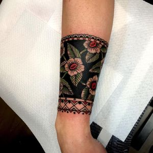 Tattoo by Joe Tartarotti #JoeTartarotti #traditionaltattoo #traditional #color #Italy #italiantattooartist #flower #floral #wristband