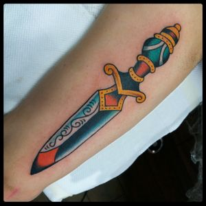 Dagger tattoo #traditional #traditionaltattoo #classictattoos #oldschool #colortattoo #tattoodo #tattooartist #romatattoo #tattooroma #bright #bold #oldschooltattoo