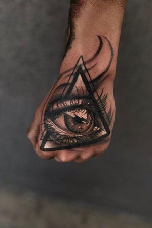 Ojo iluminati #eye #eyetattoo #iluminati #blackandgrey #hand