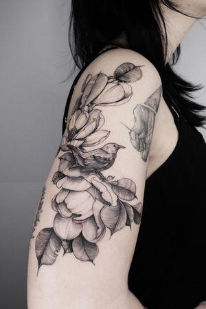 #birdtattoo #hamburg #linework #blackworktattoo #flowertattoo #magnoliatattoo #lydiasharonhughes #lovenature #armtattoo