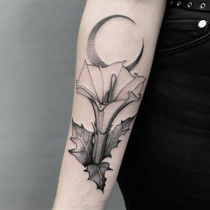 #totemica #tunguska #black #datura #stramonium #devilssnare #devilstrumpet #tattoo #inkamatic #inkamatictattooshop #trieste #italy #blacktattooart #tattoolifemagazine #tattoodo #blackworkers