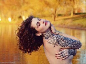 Adelaide Tattoos showing off her Joao Bosco sleeve #adelaidetattoos #JoaoBosco #naturetattoo #nature #animal #plants #environment #chrysanthemum #flower #floral #snake #reptile