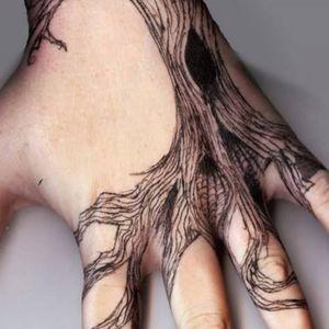 #treeoflife #tree #nature #treeoflifetattoo #tattootree #life #spiritual #wisdom #meditation #consciousness #blackandgreytattoo #linework #ulfur #🐺 #bark #handtattoo #hand #handtattoos