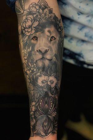 Lion/floral mash up #tatted #tattoo2me #blacklistedtattoo#blackandgrey #lion #liontattoo #floral #floraltattoo #tattooartist #tatau