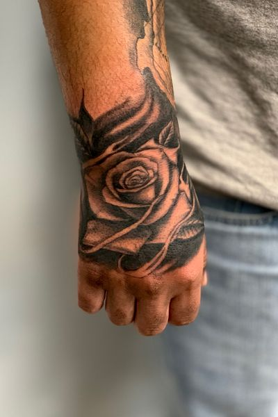 Small rose hand banger!!! Thanks for looking!!! #blackandgrey #rose #chicano #fineline #rosetattoo #blackwork #mexicantattoo