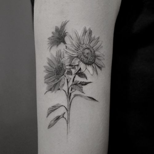 Tattoo by Cold Gray #ColdGray #flowertattoos #flowertattoo #flower #floral #nature #plant #blackandgrey #sunflower #realism #realistic #hyperrealism