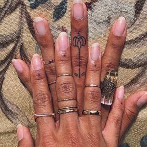 Tattoo by grelysian aka gossamer #grelysian #gossamer #TannParker #InktheDiaspora #dotwork #flower #floral #fingertattoo #qpocttt #poctattoo #qpoctattoo #brownskin #blackskin #empower #visibility #tattoocommunity