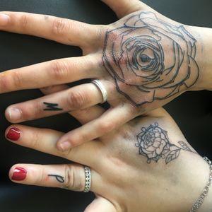 Deux rose totalement différente pour un petit couple avec la lettre de chacun sur le doigt de l'alliance 🥰🥰 merci pour ce projet trop cool !! ❤️ #rosetattoo #rosetattoos #tattoorose #rosetattoodesign #rosetattoo🌹 #handtattoo #handtattoos #tattoohand #fingertattoo #fingertattoo #tattoo #tattooflash #tattoosketch #tattooidea #tattooapprentice #tattooapprenticeship #inkedgirls #inked #inkedgirl #ipadproart #drawing #draw #mydrawing #mesdessins #dessindujour #lineworktattoo #micron #sketchbook #paristattoo #tattoofrance