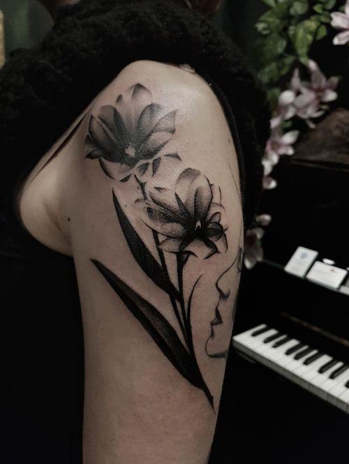 #tulips #shouldertattoo #blackandgreytattoo #flowertattoo #composition