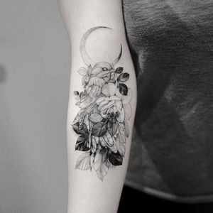 Tattoo by Zihwa #Zihwa #moontattoos #Moontattoo #moon #night #nightsky #nature #sky #illustrative #linework #bird #rose #flower #floral #leaves