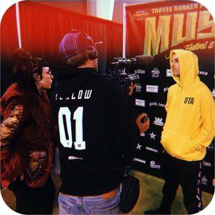 Jes interviewing with Travis Barker during Musink #MusinkFest #Musink #musicfestival #tattooconvention #TravisBarker