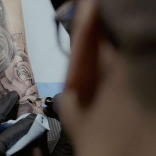 Chuey Quintanar working on a rose #ChueyQuintanar #MusinkFest #Musink #musicfestival #tattooconvention #TravisBarker