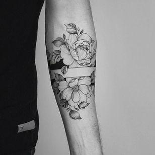 By @hannahnova_tattoo #floralband #armband #flowers #floral #blackwork