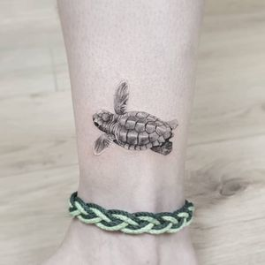 Saving our planet, lifting people out of poverty, advancing economic growth... these are one and the same fight. We must connect the dots between climate change, water scarcity, energy shortages, global health, food security and women's empowerment. Solutions to one problem must be solutions for all. - Ban Ki-moon Done @truecanvas #tattoo #turtle #sea #save #hatchlings #miniature #smalltattoo #realism #cute #baby #ocean #thommesenink #truecanvas #finelinetattoo #blackandgrey #tinytattoo #minitattoo #schildkröte #tattoooftheday