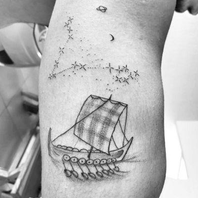 Drakkar e a constelação de peixes. #Drakkar #vikingtattoo #viking #Piscestattoo #Pisces #Peixes #constellation #constelacao #Black