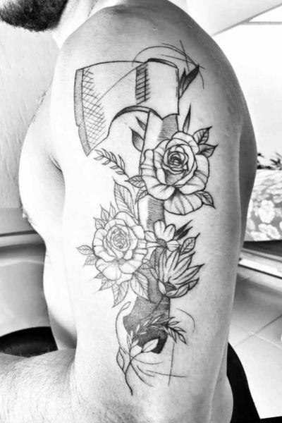 Machado e Flores! #machado #flores #blacktattoo #axe #flowers #flowertattoo