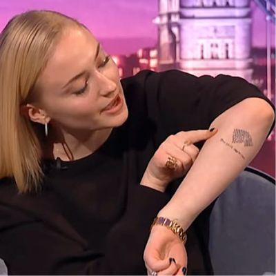 Sophie Turner showing off her Game of Thrones tattoo #SophieTurner #GameofThrones #GameofThronestattoo #GoT #GoTtattoo #HBO #tvshowtattoo #popculturetattoo