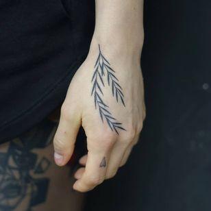 Non electric Hand poke tattoo by Blame Max #BlameMax #handpoke #stickandpoke #nonelectric #linework #illustrative #fineline #leaves #leaf #handtattoo