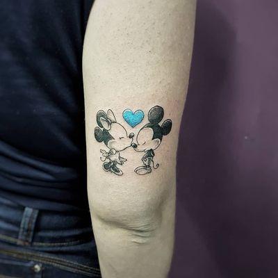 Mickey e Minnie da nossa amiga Anna Kelly! 😍✍️👏 Faça já seu orçamento! (62) 9 9326.8279 #tattoo #ink #blackwork #tattoolife #Tatuadouro #love #inkedgirls #Tatouage #eletricink #igtattoo #fineline #draw #tattooing #tattoo2me #tattooart #instatattoo #tatuajes #blackink #mickey #minnie #mickeytattoo #disneyworld #disney #disneytattoo #tattoolove #tatuagemfeminina