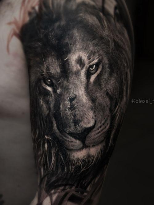 #tattoolion #animaltattoo #realistictattoo #tattooistartmagazine #polandtattoo #tätowierung  #tattooartists #liontattoo #tattooarm #blacktattoos
