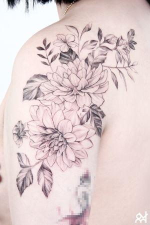 flower tattoo (dahila & korean rosebay) #lineworktattoo #finelinetattoo #flowertattoo #flowertattoodesign by. Voram