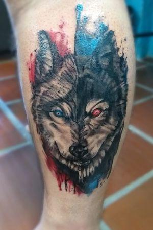 Lobo realista unindo técnicas de Preto e cinza com aquarela #wolf #wolftattoo #balckandgreytattoo #watercolortattoo #watercolor #inked #realistictattoo