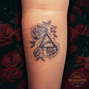 Rosa Geométrica #rosa #rose #geometrictattoo #tattoo #tatuagensdelicadas #rastelada #tatuagen