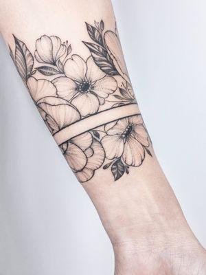 #crushonline #flowers #bracelet #floral #fineline #dotwork