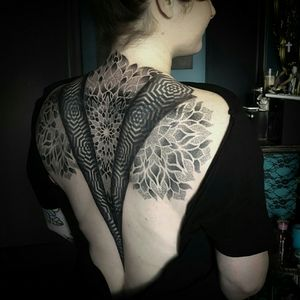 #backpiece #backpiecetattoo #mandala #mandalatattoo #mandaladotwork #mandaladesign #dotwork #dotworktattoo #dotworkers #geometric #geometrictattoo #geometry #sacredgeometry #sacredgeometrytattoo #sacredg #sacredgtattoo #tattooedwoman #tattooedwomen #tattooedgirls #tattooedgirl #girlswithink #girlswithtattoos #girlyink #girlytattoo