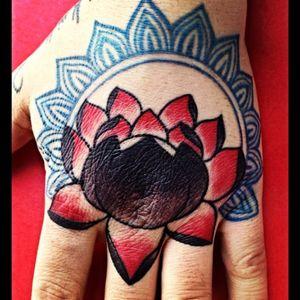 #revynove #lotus #redblack #handtattoo #decoratedhand #decoration #decorativetattoo #tattoohand #manhand #lotustattoo #lotusflower #loto #lototattoo #colours #colouredtattoo #coloredtattoo #lotus #lotustattoo #tattooedhand #tattooedhands #revy