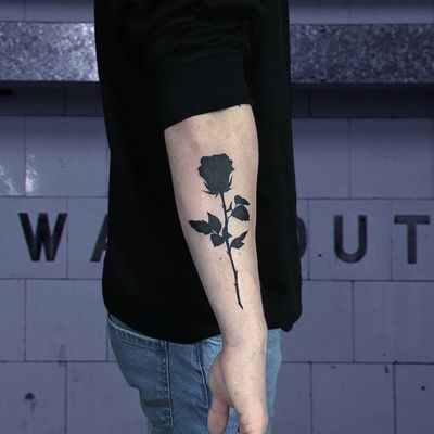 By Roswell Tattoo #tattooartist #besttattoos #awesometattoos #tattoosforwomen #tattoosformen #tattooidea #ignoranttattoo #smalltattoo #minimaltattoo #fineline #rose #rosetattoo #black #blacktattoo