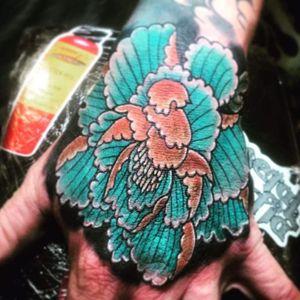 #hand #neotradional #newschool #flower #blue #bright #handtattoo #guy #tattoodo #linework #yellow #rose #peonie #tattoodo