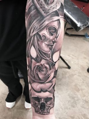 Sugar skull lady and rose tattoo by El Whyner #ElWhyner #Chicanotattoos #chicanotattoo #chicanx #chicano #chicana #CincodeMayo #Mexican #Mexico #tattooinspiration #besttattoos