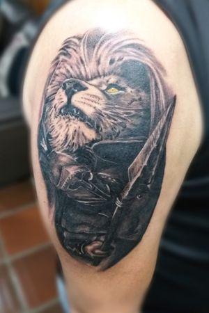 Espartano e Leão em realismo #espartano #spartantattoo #spartan #liontattoo #lion #blackandgray #blackandgrey #realism #realistic #tattoo #tatuaje #inked