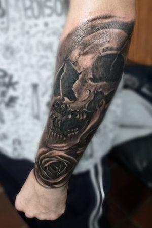 Caveira e rosa em realismo, completando fechamento de braço. #skulltattoo #skull #rose #blackandgrey #blackandgray #blackandgreytattoo #blackandgraytattoos #realistic #realism #tatuaje #tattoo
