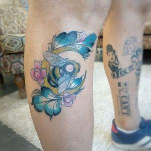 Abelha feita em minha perna. Estudo de cores.