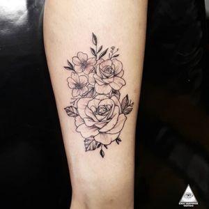 Flores com linhas bem finas. Contatos: Whatsapp (11)9.9377-6985 E-mail: ericskavinsk@gmail.com Ou pelo instagram: @skavinsk . . . . #ericskavinsktattoo #fineline #linhafina #flowertattoo #tattooflores #delicadeza #delicatetattoo #tatuagemdelicada #micropigmentacao #whipshading #dotworktattoo #pontilhismotattoo #blackwork #colortattoo #tatuagemgeometrica #electricinkbrasil #pfmachinestattoo #drawing4tattoo #tattoodo #tattoopins #tattoojaoficial #maquiagem #makup