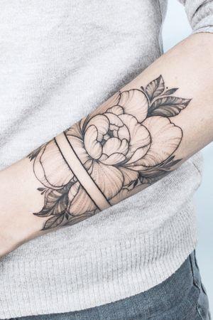#crushonline #floral #nature #peony #bracelet #dotwork