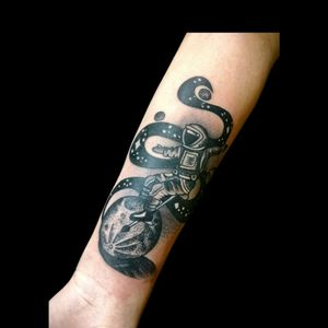 Tattoo de hoy.. #tattoo #inked #ink #astronauta #moon #luna #monociclo #espacio #espaciotattoo #lunatattoo #moontattoo #astronautatattoo #luchotattoo #luchotattooer #pergamino