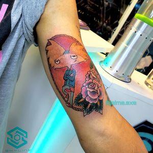"[BICEPS TATTOO] Composición ""Hey! Arnold"" Estilo Ilustración/Neo tradicional Full color. Diseño propio personalizado. Artista: FB/INSTA: @jaime.sxe #SkylineStudio #TattooDesign #CreateYourself"