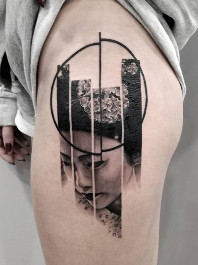 #realistic #realistictattoo #portrait #portraittattoo #Geisha #geishatattoo #tattooidea #geometric #geometrictattoo #blackandgrey #blackandgreytattoo #hiptattoo #circle #stripes #asian