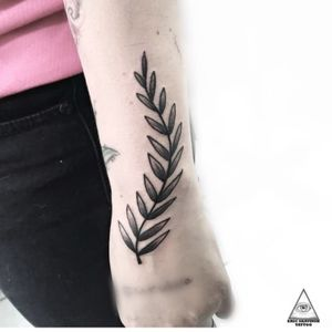Raminho . . Contatos: (11)9.9377-6985 E-mail: ericskavinsk@gmail.com . . . #ericskavinsktattoo #tatuagemdelicada #tatuagemdeflor #bracelete #tatuagemfeminina