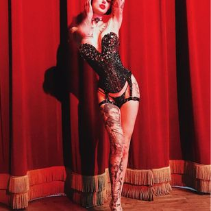 Performance Artist and Tattoo Model Emma Vauxdevil #EmmaVauxdevil #performanceartist #tattoomodel #burlesque #pinup #swordswallower #fireeater