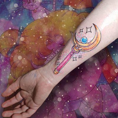 𝕊𝕒𝕚𝕝𝕠𝕣 𝕄𝕠𝕠𝕟 💖 #sailormoontattoo #SailorMoon #sailormooncrystal #anime #animetattoo #manga #mangatattoo #magicalgirl #magical #kawaii #kawaiitattoo #colortattoo #ladytattooers #cute #glitter