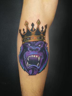 Gorilla King. Booking on my whatsapp +522223605806 info in bio✌🏻🤓 #gorilla #king #tattoo #tatuaje #gorila #rey #crown #corona #colortattoo #ink #inked #tattooedboys #menwithink #HybridoKymera #puebla #mexico #tatuadoresmexicanos #tatuadorespoblanos #pueblacity #hechoenmexico #madeinmexico #tatuadoresmx #mexicotattoo #mexicanpowertattoo #tattoodo #pueblatattoo #tattooinklatino #artinkstasmx @radiantcolorsink @fkirons @secondskinmx @tattoodo