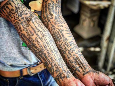 Sak Yant tattoo by Arjanneng Thaisakyant #ArjannengThaisakyant #Arjanneng #sakyant #sakyanttattoo #thailand #bangkok #bangkoktattoo #symbol #amulet #powerful #sacred #linework #dotwork #tebori