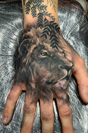 Hand piece with lion portrait did over this week. #handtattoo #liontatoo #lionportrait #lionportraittattoo #realism #realistictattoos #blackandgrey #tattoodesign #tattooidea #hulltattoo #uktattooist #uktattooartists